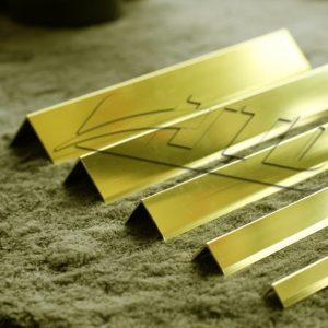 v vàng bóng 696x503 1 300x300 - Nẹp nhôm V màu vàng bóng