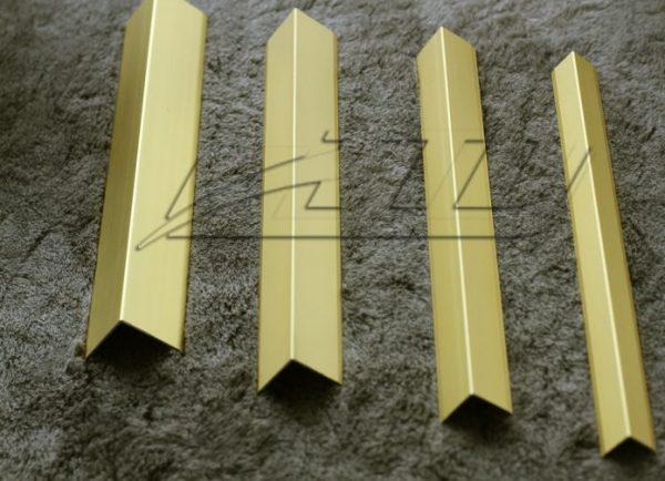 v vàng mờ 696x503 1 600x434 - Nẹp nhôm V màu vàng mờ