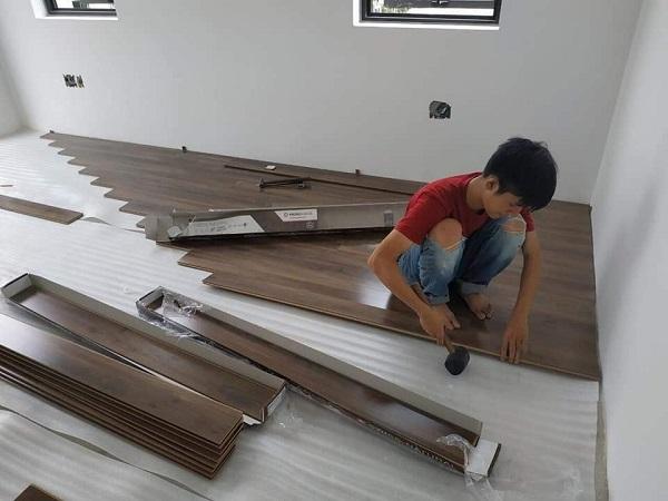 Khách hàng cần trải một lớp lót sàn trước khi lắp đặt ván gỗ